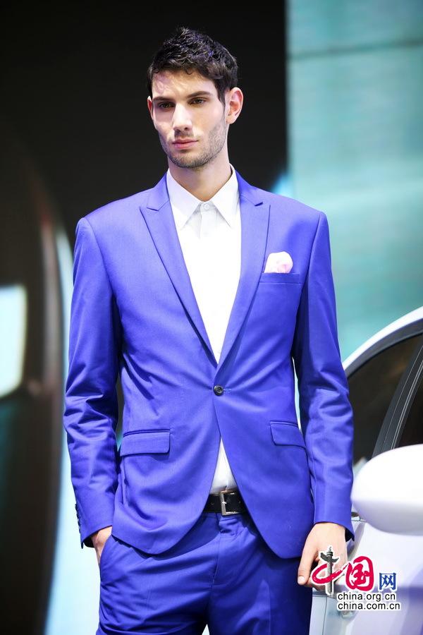 帅气外籍男模亮相北京国际车展引围观