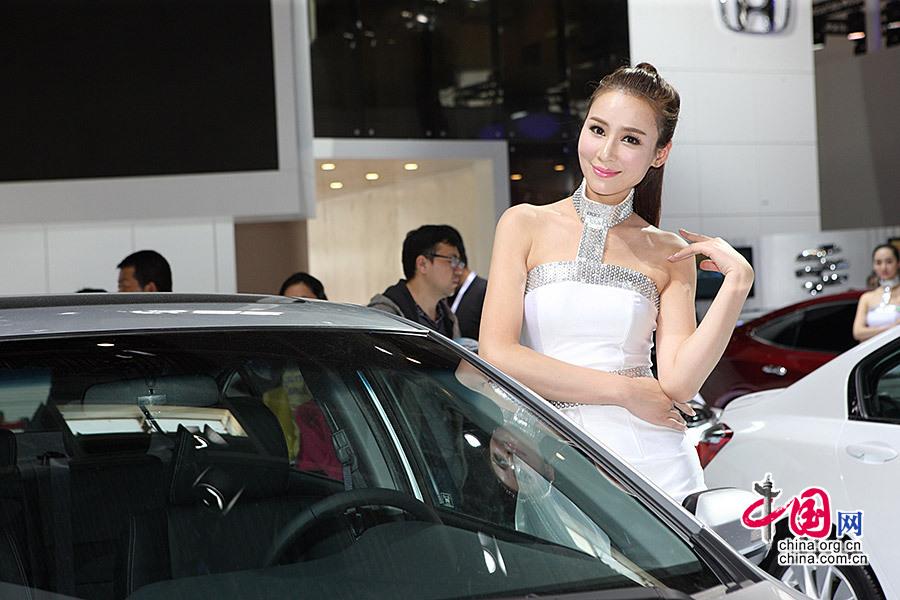 4月20日,第13届北京国际汽车展20日在北京顺义的中国国际展览中心新馆开幕,本田车模白色短裙亮相,惹人喜爱。