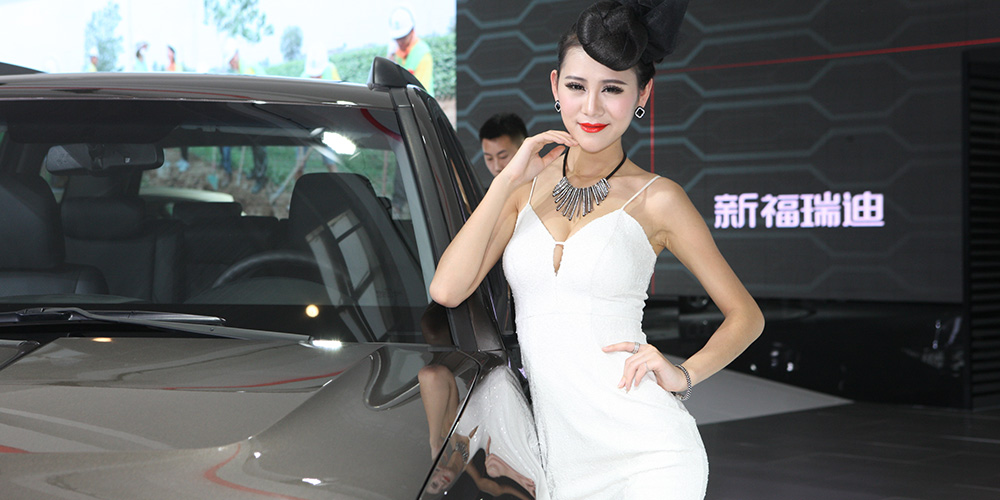 起亞霸銳車模白衣紅唇美艷性感[組圖]