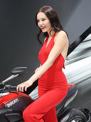 杜卡迪車模紅衣連體性感熱情[組圖]
