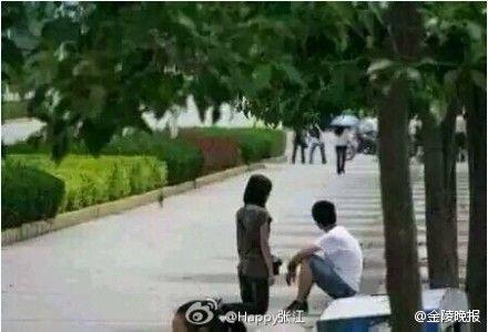 女大学生当街下跪欲挽回男友 只因自己非处女(图)