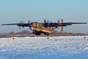 最大螺旋桨飞机:俄安-22轻松运两架直升机
