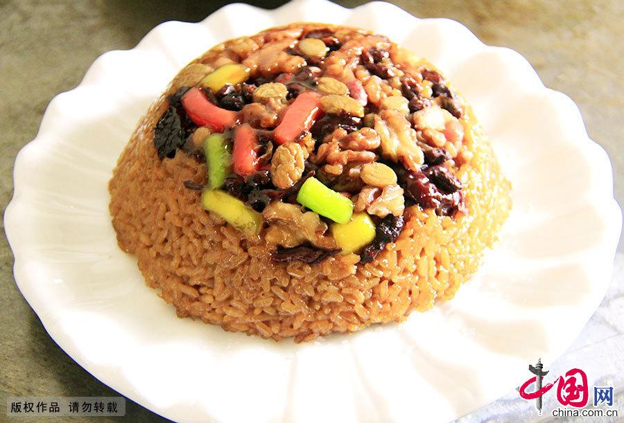 """八宝米是""""十三花""""的压轴菜。八宝米主料为糯米,辅料以果仁、果脯为主,口感甜糯,滑而不腻,色味俱佳。"""