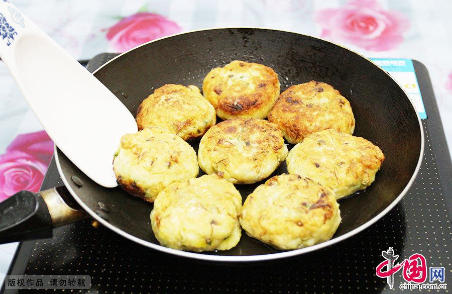 油煎槐花饼。金黄色的槐花饼香气四溢,是故乡久违的味道。
