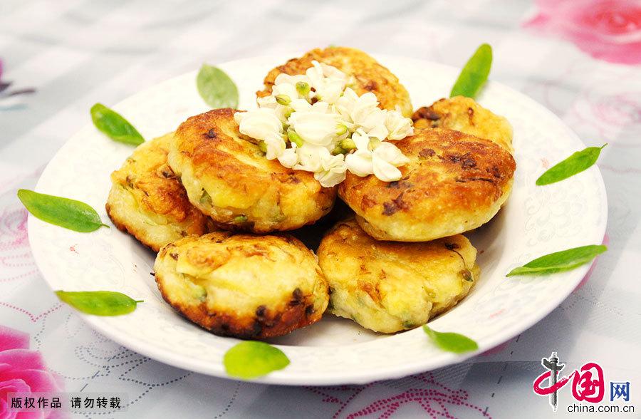 金黄色的槐花饼香气四溢,是故乡久违的味道。