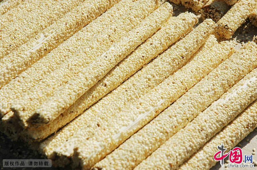 武陟芝麻糖属于饴糖类,是作为点心吃的糖果,由纯粮经过发酵制成,本质上与白砂糖、红砂糖及其制品完全不同。