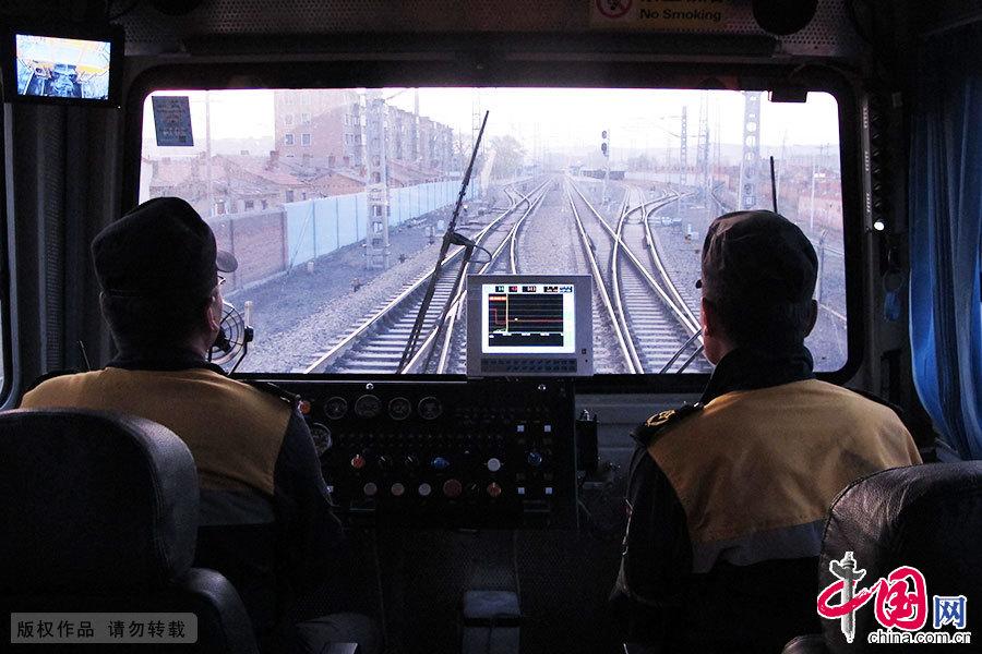 5月6日,烏蘭察布卓資山站,呼和浩特工務機械段線路搗固一車間工作人員出發前往當日作業地點。