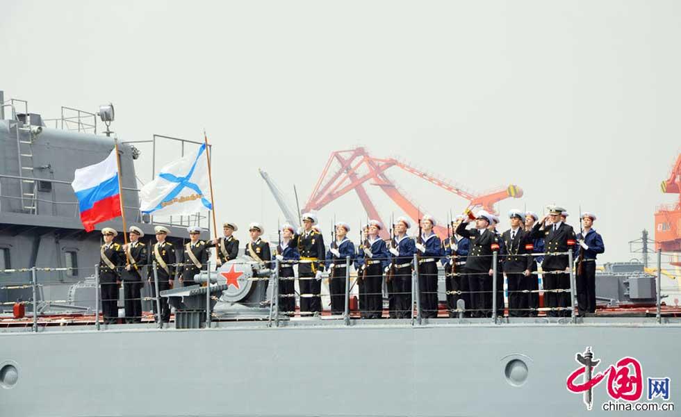 """俄""""瓦良格""""海军仪仗队行礼告别"""