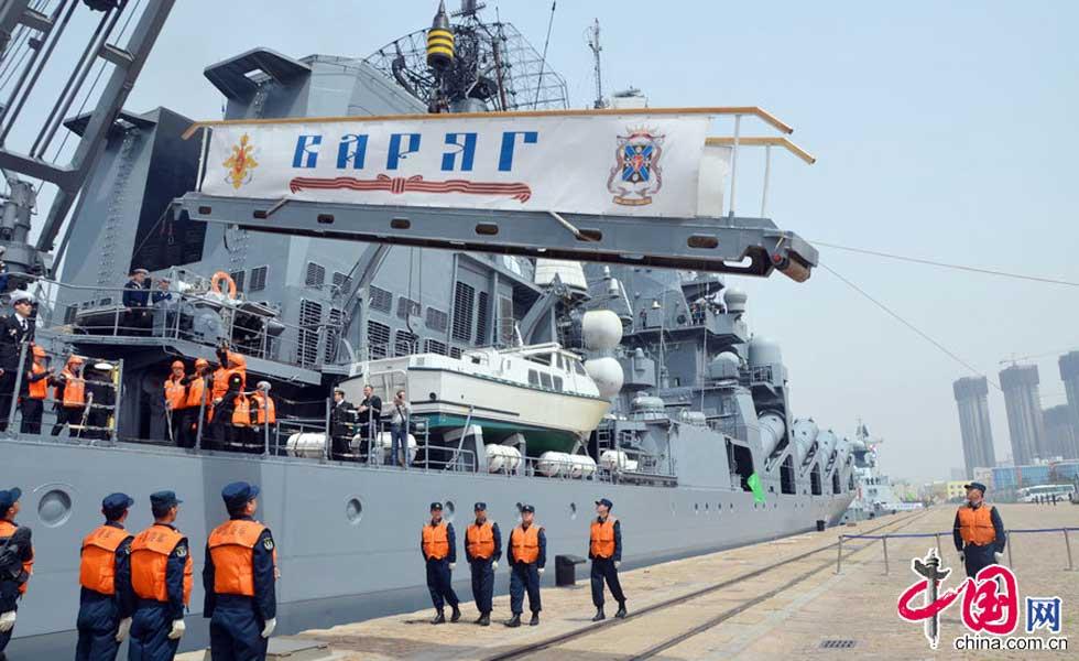 """""""瓦良格""""导弹巡洋舰吊起舷梯准备出发"""