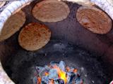库尔班只烤两种哈密人爱吃的馕:葱花馕,油馕