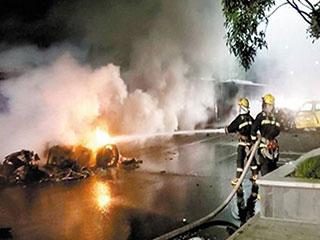 重庆北碚区滨江路泰吉滨江段,一辆法拉利跑车与出租车相撞后高清图片
