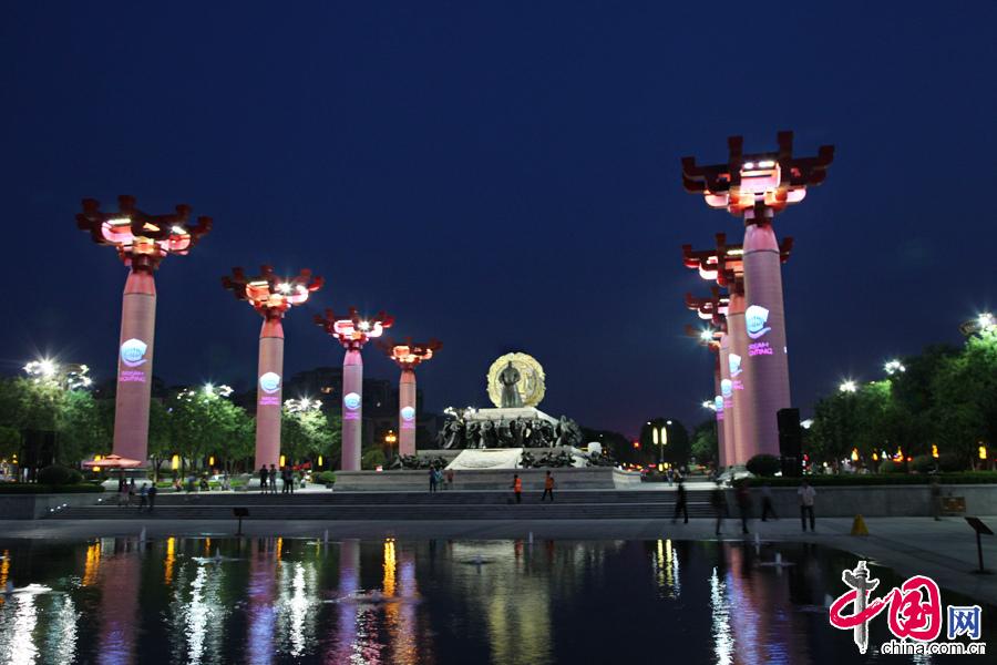 """5月20日,""""中国媒体丝路行""""记者团在西安参观了大雁塔、音乐喷泉和大唐不夜城。图为大唐不夜城夜景。中国网记者李佳摄影"""
