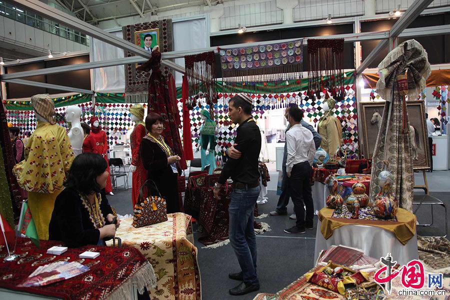 第十八届中国东西部合作与投资贸易洽谈会暨丝绸之路国际博览会今天在西安开幕。图为展馆现场。 中国网记者 李佳 摄影