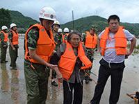 江西上栗遭严重洪灾 民房被淹群众紧急转移