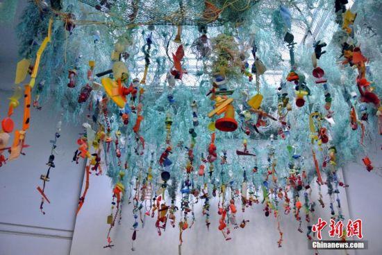 当地时间5月23日,美国旧金山动物园,艺术教育家安吉拉阿塞尔蒂娜波奇用塑料袋、塑料瓶等海洋垃圾制成鲸鱼骨架,呼吁民众珍爱海洋生物,保护海洋环境。  当地时间5月23日,美国旧金山动物园,艺术教育家安吉拉阿塞尔蒂娜波奇用塑料袋、塑料瓶等海洋垃圾制成鲸鱼骨架,呼吁民众珍爱海洋生物,保护海洋环境。  当地时间5月23日,美国旧金山动物园,艺术教育家安吉拉阿塞尔蒂娜波奇用塑料袋、塑料瓶等海洋垃圾制成鲸鱼骨架,呼吁民众珍爱海洋生物,保护海洋环境。  当地时间5月23日,美国旧金山动物园,艺术教育家安吉拉