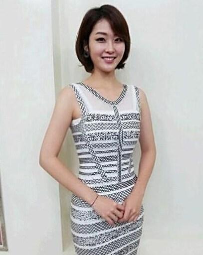 韩国美女主播助阵太极虎 短裙丝袜秀美腿