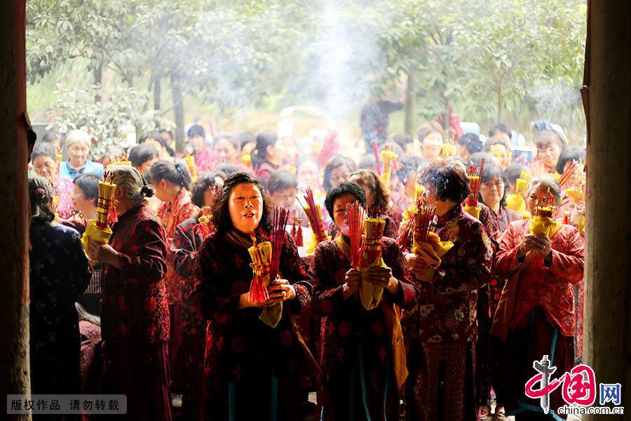 农历五月初六,浙南闽北群众齐聚浙江省庆元县袅桥走桥祈福。