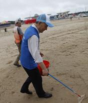海洋日福建平潭民众海滩捡垃圾