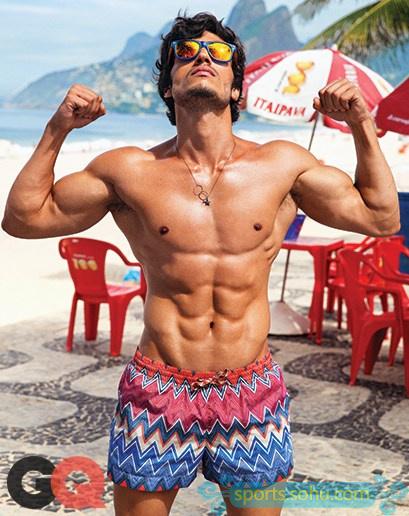 足球盛宴!杂志拍摄巴西海滩热辣比基尼 竖