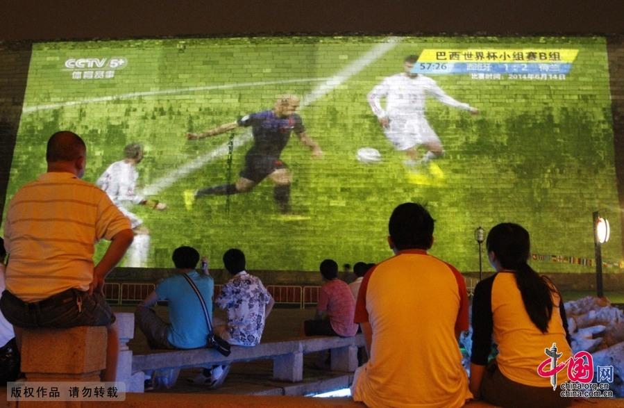 南京明城墻上3D巨幕投影播世界盃比賽[組圖]