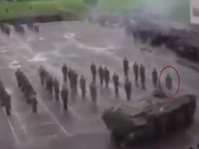 俄军士兵被自家装甲车撞倒碾压