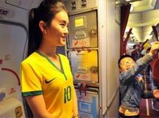 外媒諷中國空姐穿巴西球衣:因為國足沒進世界盃[組圖]