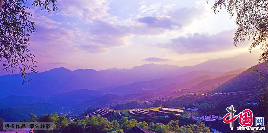 """由近万亩高山梯田群落组成的崇义上堡梯田,被上海大世界基尼斯评为""""最大的客家梯田"""""""