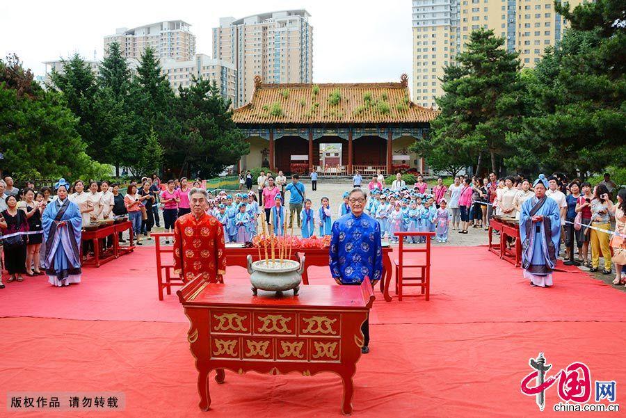 开笔先生带领学前儿童在吉林文庙大成殿祭拜孔子。