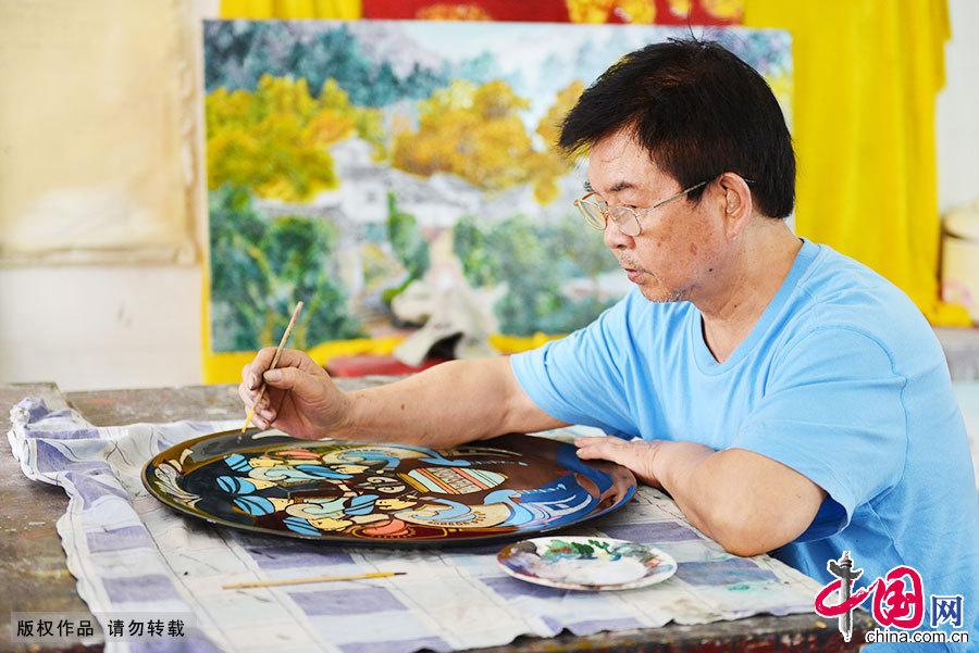 """67岁的程天德,是""""重庆漆器髹饰技艺""""传承人,他40年潜心专研漆器技艺,并在继承传统漆器工艺中琢磨出""""幻彩漆画"""",使古老的民间漆艺焕发出新的光彩。"""