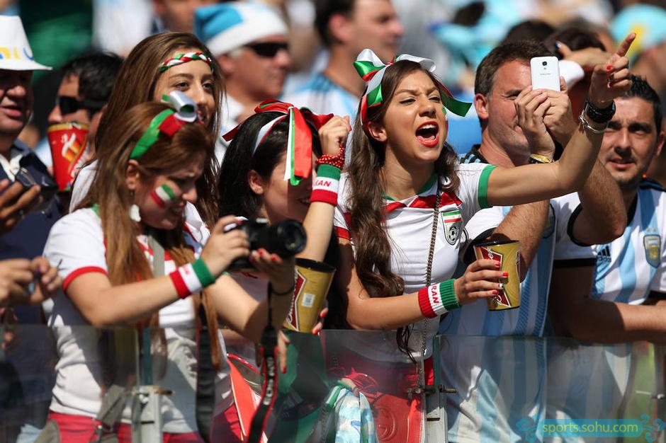 伊朗美女球迷助威团抢眼 球星面具搞笑图 体