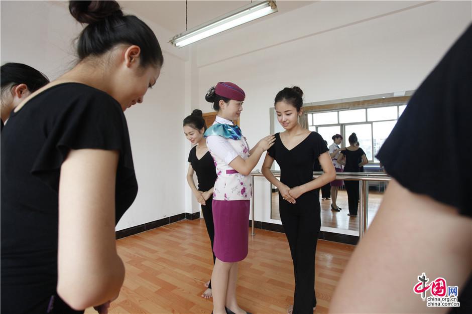 6月21日,在成都客运段形体教室里动姐刘含秋正在为