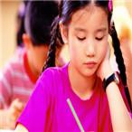 认真做作业的小女孩