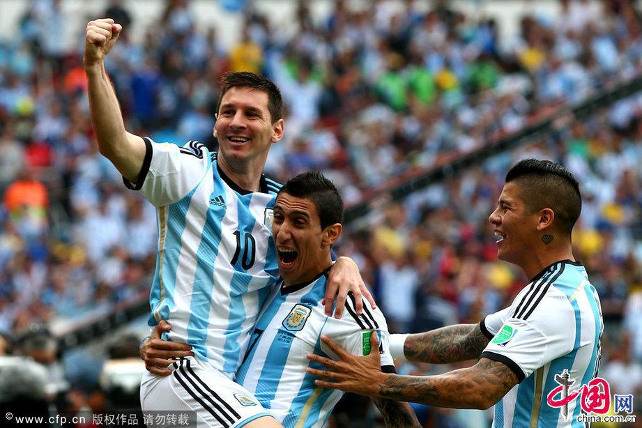 2014年6月25日,巴西貝拉裏奧球場,2014巴西世界盃小組賽F組,尼日利亞Vs阿根廷。梅西打進球隊第一粒進球後被迪瑪利亞高高抱起。圖片作者:Alex Grimm - FIFA/Getty Images/CFP
