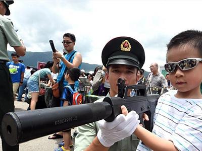 香港市民参观驻港部队军营