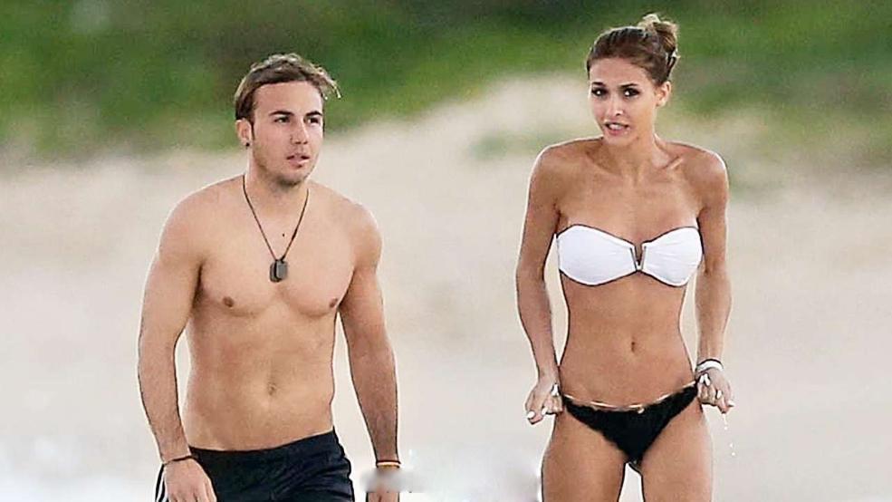 女友/格策与女友海滩散步...