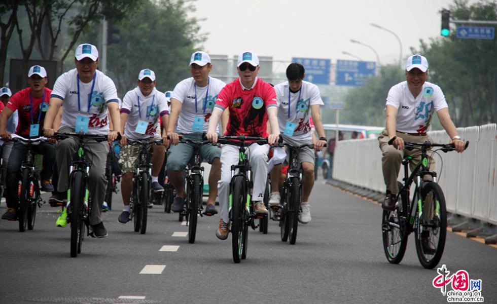 冯小刚参与生态文明公益骑行 倡导绿色出行