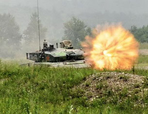 我重装军在长白山实弹演练 99改坦克群齐射猛攻