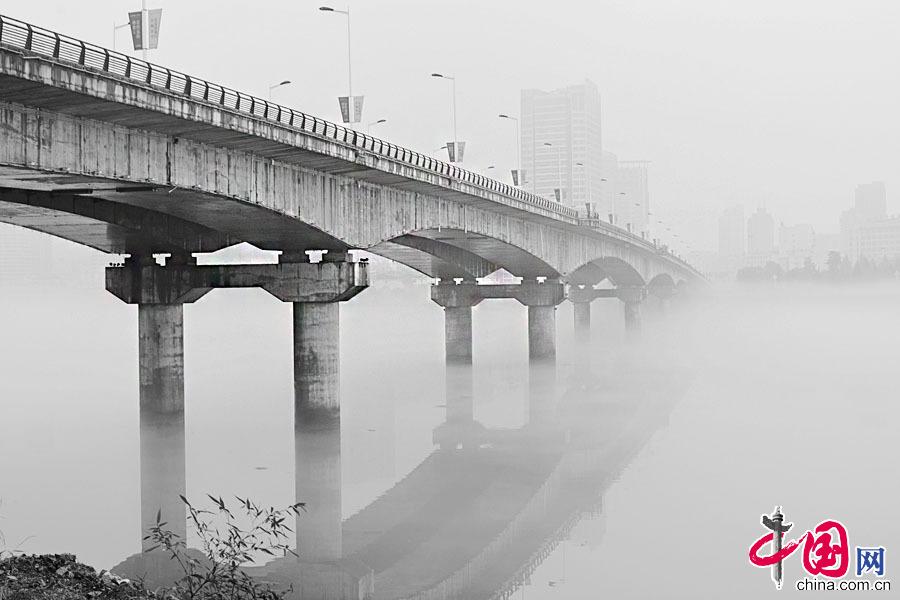 7月6日,一场阵雨的新安江,空气清新,云雾弥漫在新安江两岸,远处的建筑物若隐若现,婉如海市蜃楼。