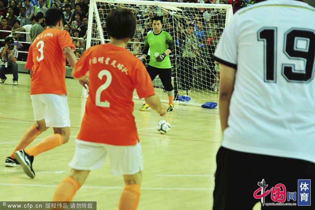 2014年7月9日,青岛,明星足球赛火热开战,宿茂臻现身助阵毕姥爷化身