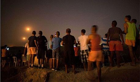 """以色列民众山顶看巴以交火""""现场直播"""""""