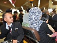 马航乘客家属抵达吉隆坡国际机场[组图]