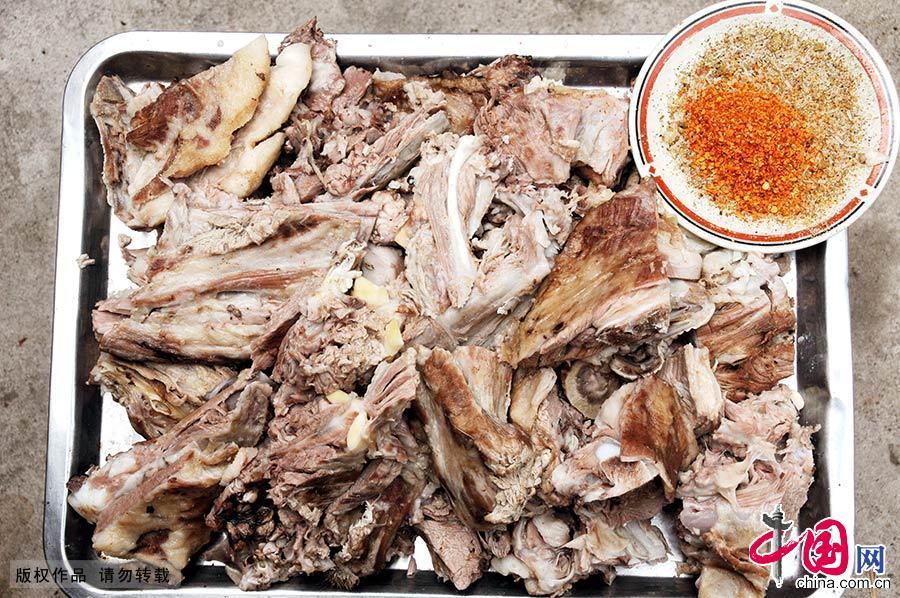 7月29日,一名清真餐馆员工制作的传统清真美食手抓羊肉。