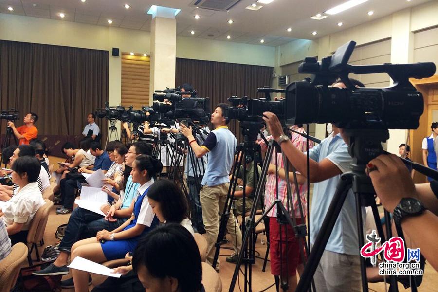 中国建立城乡统一的户口登记制 统一为居民户口[组图] - 人在上海    - 中国新闻画报