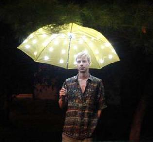 发光的雨伞:检测到雨滴自动点亮