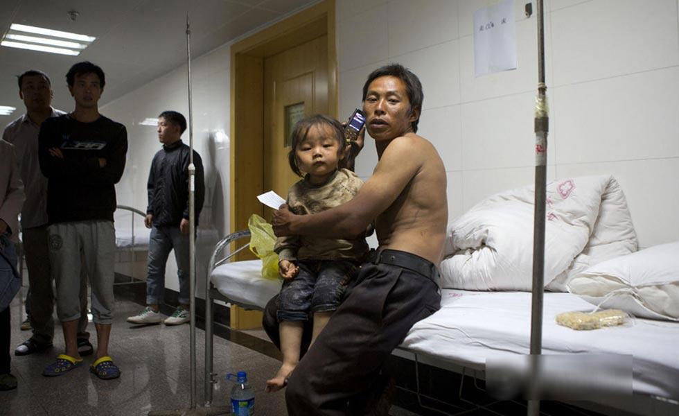 云南地震灾民度过首个不眠夜