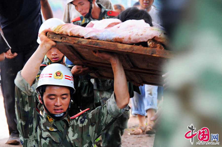2014年8月4日,云南昭通,武警云南总队曲靖支队官兵在龙头山镇转移受伤群众。图片来源:CFP