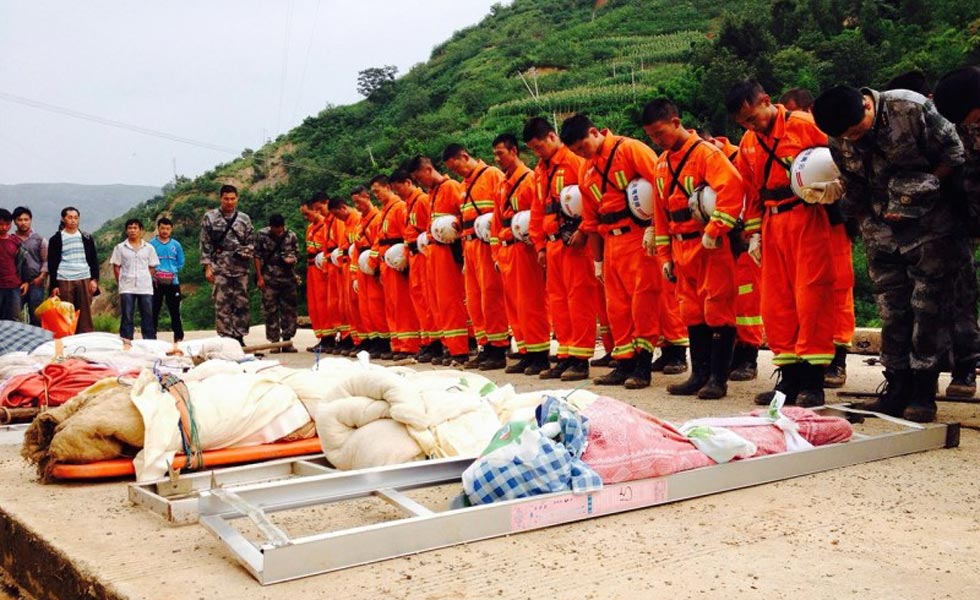 云南地震救援官兵向遇难者遗体致哀
