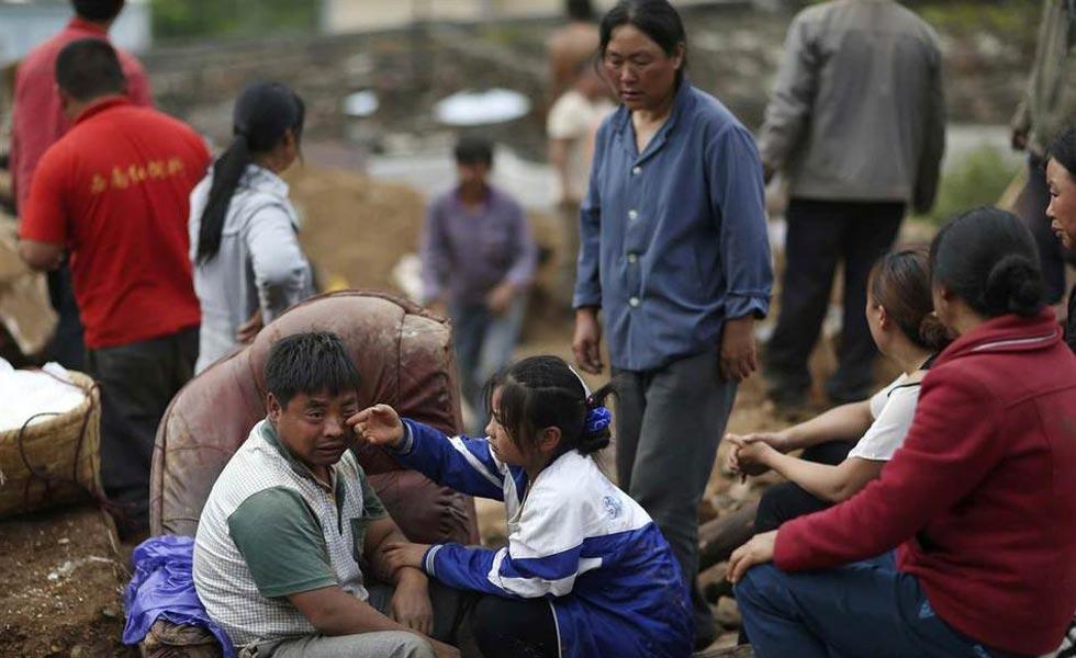 鲁甸地震灾区直击:女儿给父亲抹去眼泪