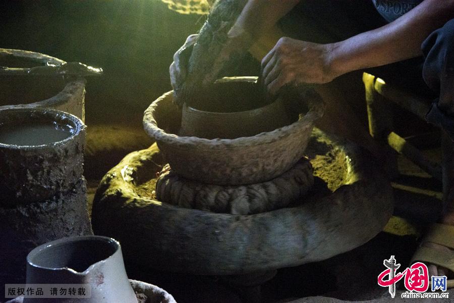 湖南新邵,工匠们正在制作砂罐土坯。