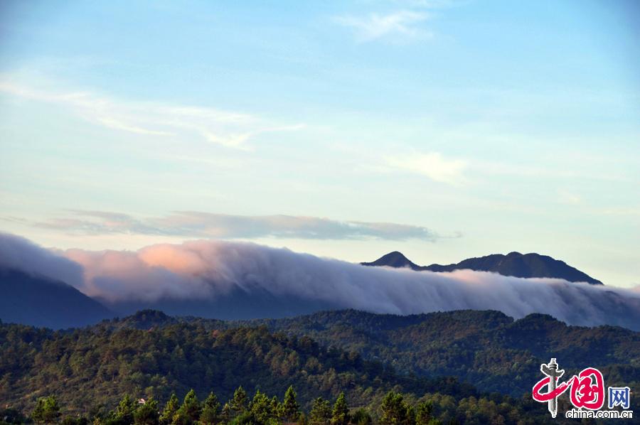 2014年8月7日,立秋日,江西省遂川县南岭现瀑布云,绵延数里,蔚为壮观。